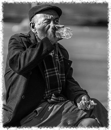 idoso bebendo água